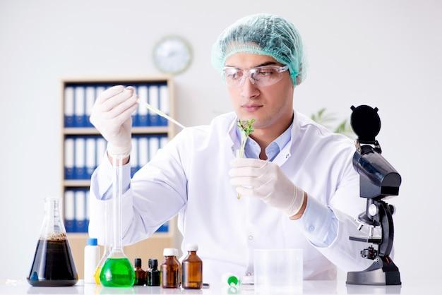 科学者と研究室でのバイオテクノロジー
