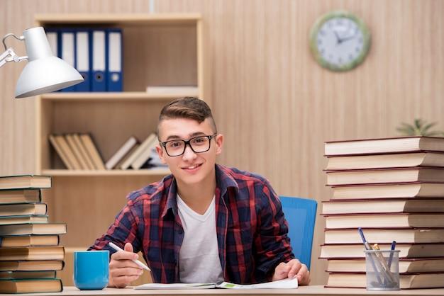 若い学生が学校の試験の準備