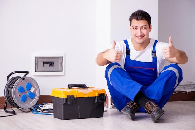 Человек делает электрический ремонт дома
