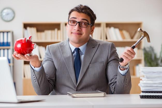 Бизнесмен в поисках своих сбережений с копилкой