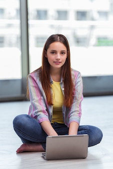 若い女の子のラップトップでインターネットサーフィン