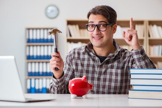 若い学生が教科書を購入する貯金箱を壊す