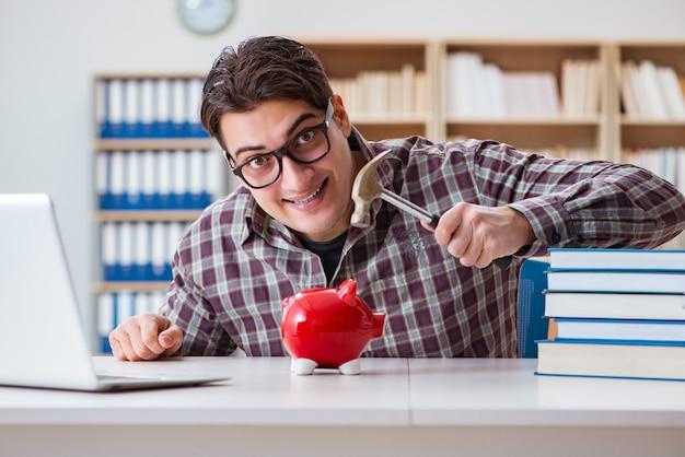 授業料を支払うために貯金箱を壊す学生
