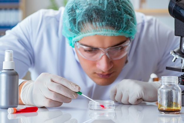 ラボ病院で血液検査に取り組んでいる若い医者