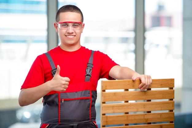 Молодая мебель плотника в промышленности