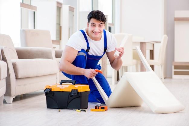 店で働く家具修理工