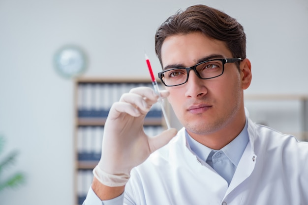 注射器で若い医者