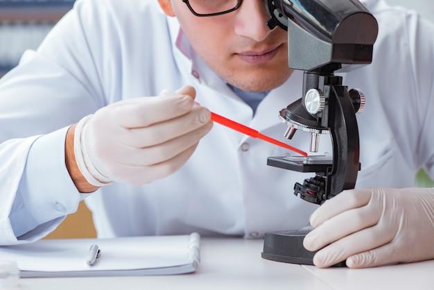 Молодой доктор делает анализ крови