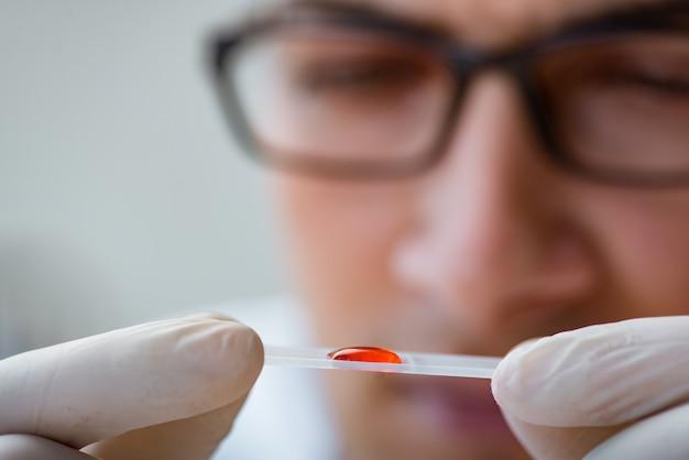 血液検査を行う若い医者