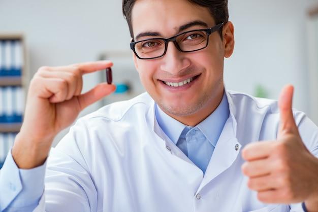 医師が研究室で薬を保持