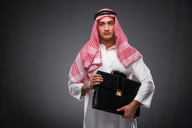 Арабский бизнесмен на сером фоне