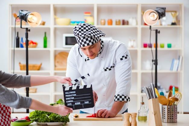 Еда готовит телешоу в студии