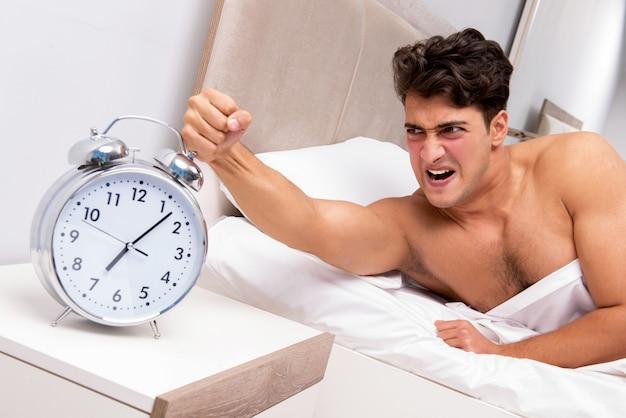 Молодой человек с трудом просыпается утром