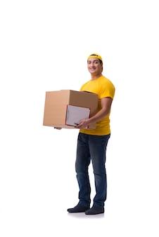 Смешной доставщик с коробкой на белом фоне