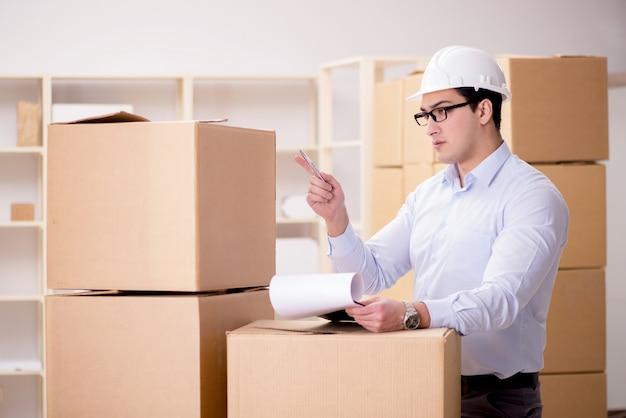 Человек, работающий в службе доставки доставки коробки