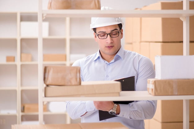 郵便小包配達サービスオフィスで働く男