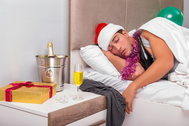 重いパーティーの後の二日酔いを持っている若い男