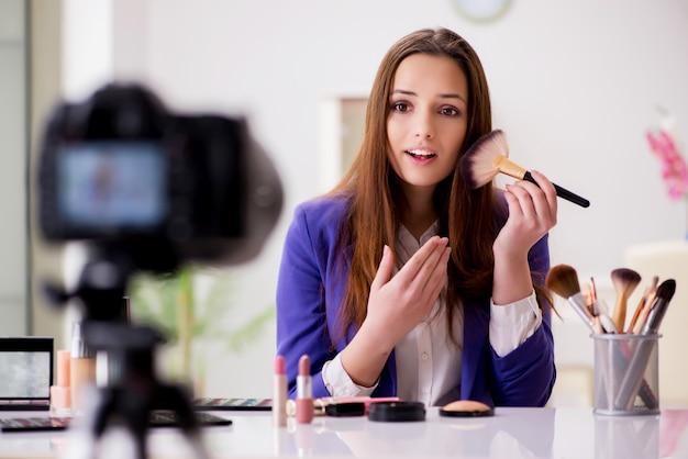 ブログのビデオを記録する美容ファッションブロガー