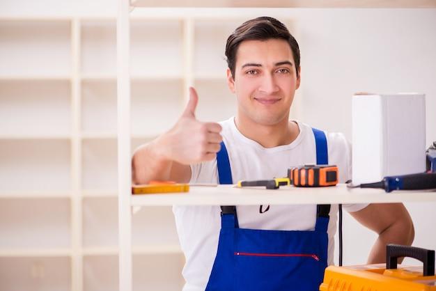 Рабочий человек ремонтирует сборку книжной полки