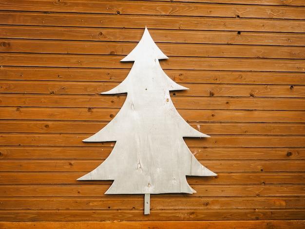 木製の背景に銀の木