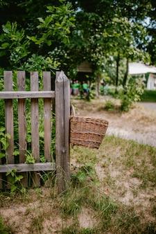 Плетеная корзина на деревянном заборе