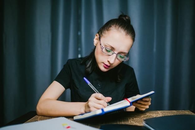 Студент выполняет домашнее задание на дому