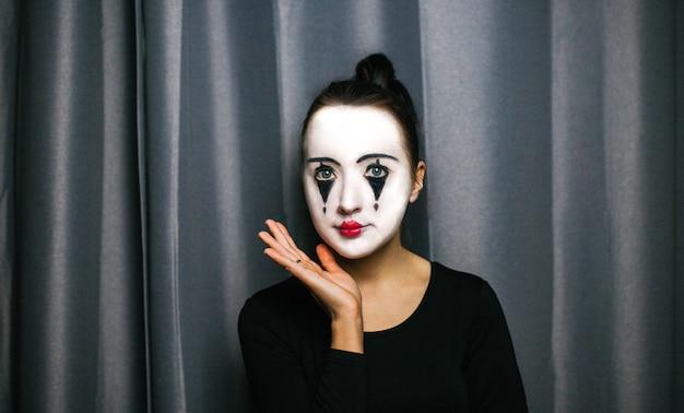 マイムの化粧品を持つ少女。即興。