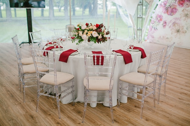 結婚式のテーブルは花で飾られました