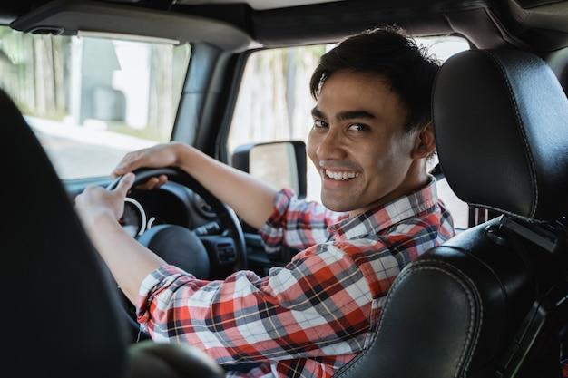 後ろを見て男性ドライバー