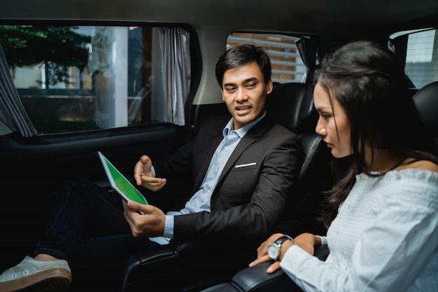 Молодые деловые люди встречаются в машине