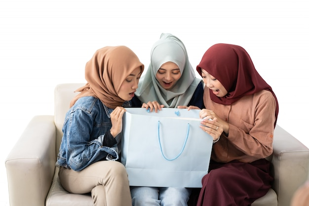 分離された買い物袋を持つイスラム教徒の女性