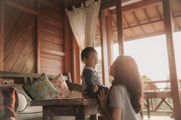 Мать и ребенок девочка играет