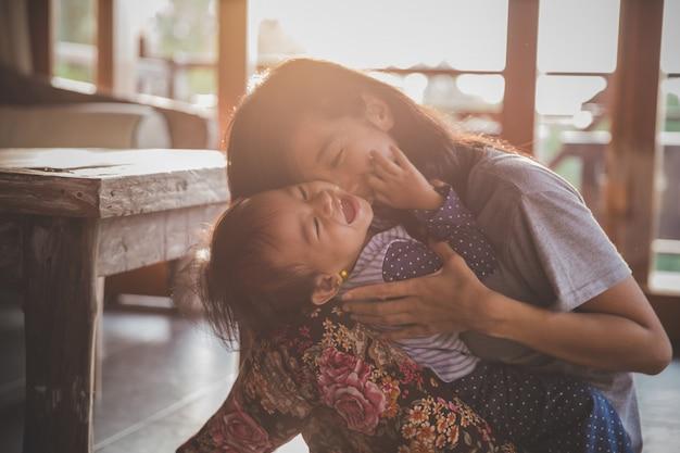 Мать играет с дочерью