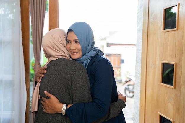 Дочь и мама приветствуют друг друга