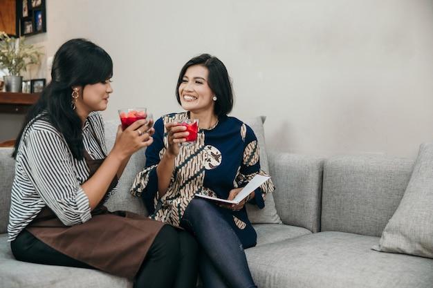 Мать и дочь с фруктовым коктейлем