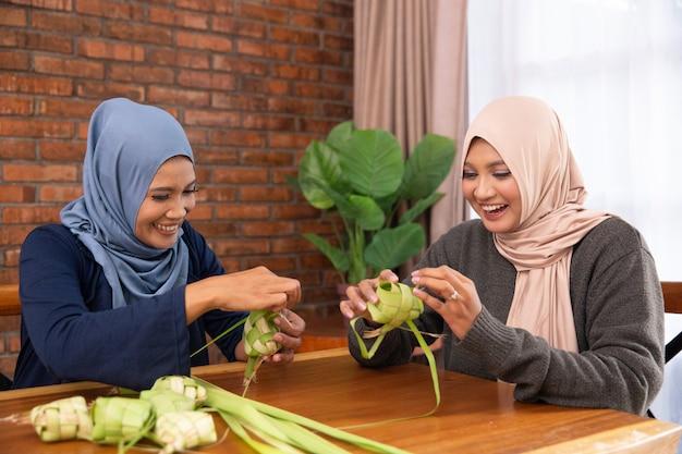 Мусульманин делает традиционный кетчуп или рисовый пирог
