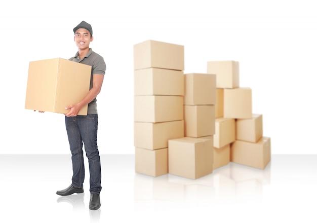 Улыбающийся молодой доставщик с картонной коробкой