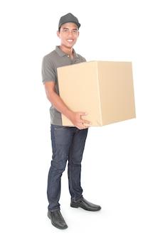 Улыбающийся молодой доставщик держит картонку