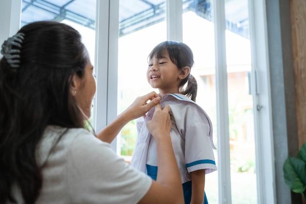 Воспитанница в школьной форме утром дома