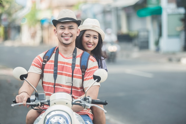 Пара туристов, едущих на мотоцикле, чтобы начать свое путешествие