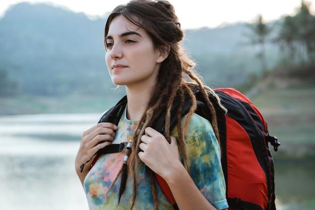 Женщина портрета кавказская смотря вокруг реки
