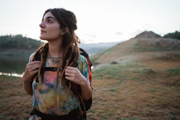 Кавказская женщина-туристка одна наслаждается красотой природы