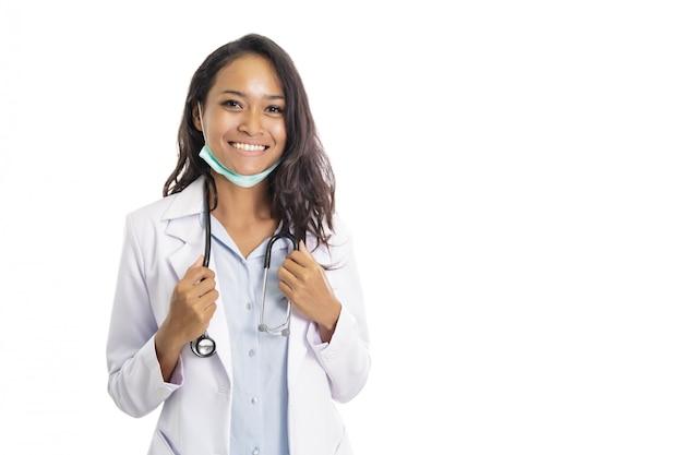 Красивый молодой доктор усмехаясь с стетоскопом