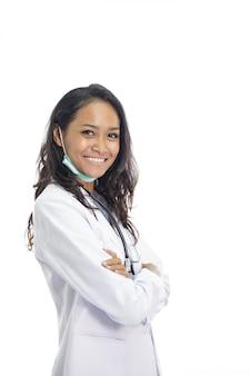 Красивый молодой доктор, улыбаясь со скрещенными руками