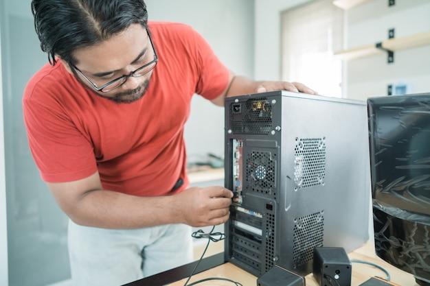 技術者は新しいハードウェアをパソコンの一部にインストールします