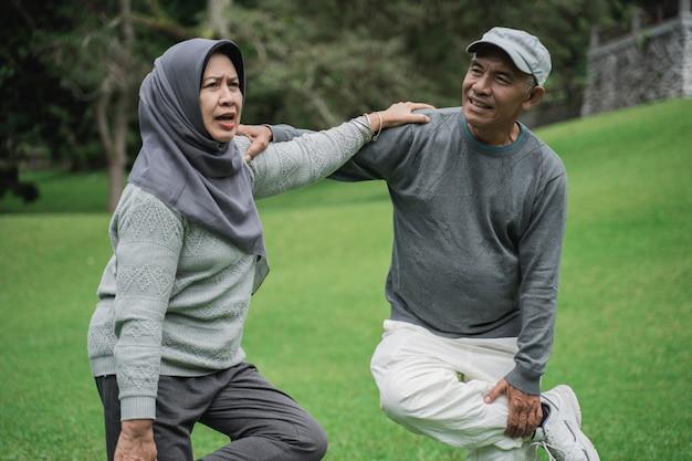 Азиатские мусульманские старшие пары работая совместно