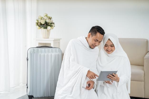 メッカ巡礼前に荷物を準備するイスラム教徒の家族