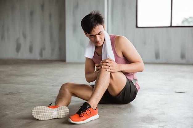男はトレーニング中に膝の怪我をする
