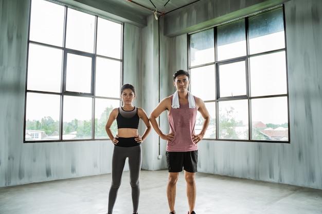 Спортивная пара руки на талии в тренажерном зале