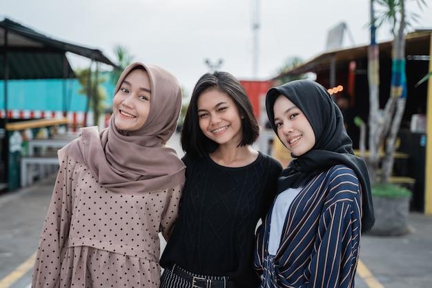 笑みを浮かべて若いアジアのイスラム教徒の女性